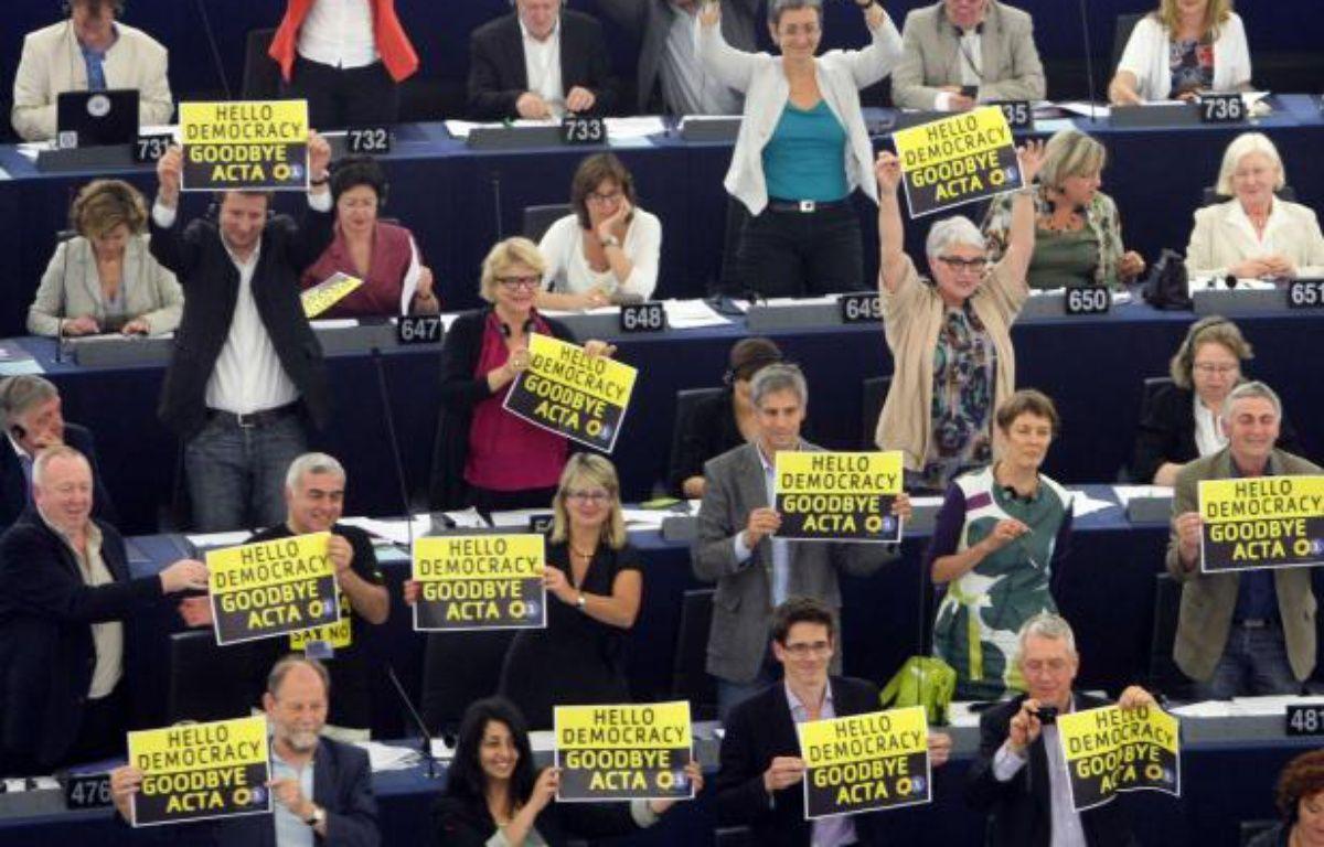 Les eurodéputés Verts célèbrent la victoire des opposants au traité Acta lors du vote au Parlement européen mercredi 4 juillet 2012. – Christian Lutz/AP/SIPA