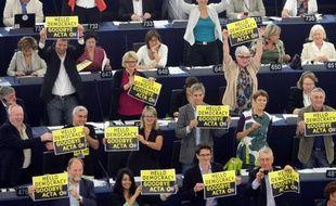 Les eurodéputés Verts célèbrent la victoire des opposants au traité Acta lors du vote au Parlement européen mercredi 4 juillet 2012.
