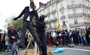 Un mannequin à l'effigie de Macron pendu lors d'une manifestation à Nantes.