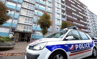 Une voiture de police stationne en bas d'un immeuble lors d'une opération anti-terroriste à Strasbourg, en 2012