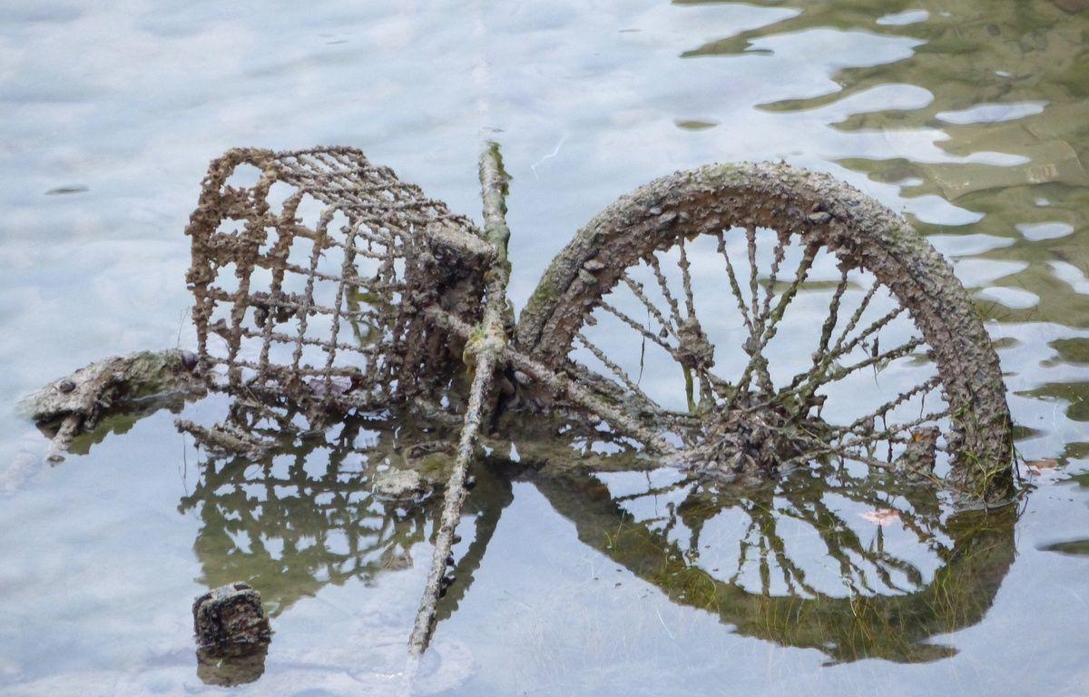 Un Vélib' dans le canal Saint-Martin ce mardi – R.LESCURIEUX