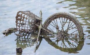 Un Vélib' dans le canal Saint-Martin ce mardi