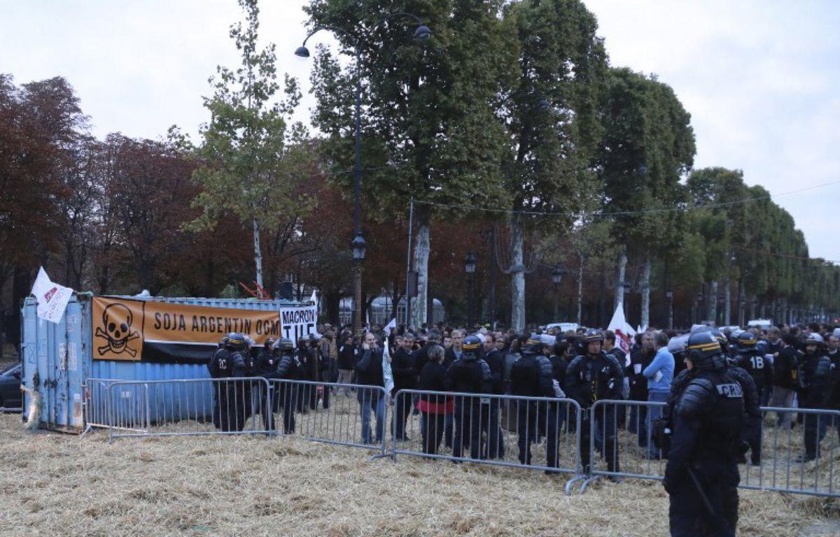 Des agriculteurs manifestent et bloquent les Champs-Elysées – JACQUES DEMARTHON / AFP