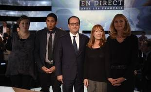 François Hollande avec les quatre Français qui l'ont interrogé sur TF1, le 6 novembre.