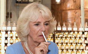 La duchesse de Cornouailles qui se demande aussi si ça sert à quelque chose de se parfumer en confinement.