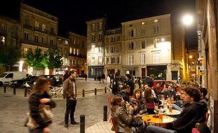 Illustration d'une terrasse de bar à Bordeaux.