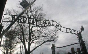 A l'entrée du camp d'Auschwitz, en Pologne.