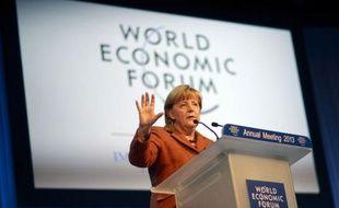 """La chancelière allemande Angela Merkel a fait part jeudi à Davos de sa """"préoccupation"""" à l'égard de la nouvelle politique monétaire du Japon, qui, selon certains, pourrait raviver une """"guerre des monnaies""""."""