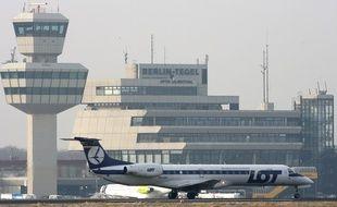 Illustration: Un avion de la compagnie aérienne polonaise LOT à l'aéroport Tegel, à Berlin, el 30 mars 2006.