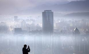 Climat : mauvaises nouvelles pour la planète - Page 4 310x190_a-person-takes-a-picture-of-the-smog-over-santiago-on-july-9-2018-chilean-authorities-declared-a-new