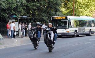 Des jeunes faisant du rodéo urbain à scooter (illustration)