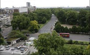 La sécurité a été considérablement renforcée à Londres et une formidable chasse à l'homme était en cours samedi pour retrouver les conducteurs des deux voitures piégées découvertes vendredi dans le coeur touristique de la capitale, une opération qui, pour les experts, semble porter la marque d'Al-Qaïda.
