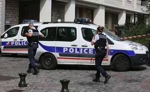 Des policiers sécurisent les abords de la rue de Levallois-Perret mercredi 9 août après qu'un véhicule a foncé sur des militaires de l'opération Sentinelle.