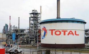 Après Shell, le géant pétrolier français Total a annoncé lundi la suspension de ses activités en Syrie afin de se conformer aux sanctions européennes contre le régime de Bachar al Assad qui visent indirectement son partenaire dans le pays