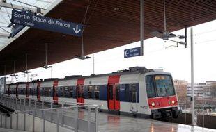 Le nombre de médiateurs qui sillonnent les lignes du RER et des trains de banlieue parisienne pour lutter contre l'insécurité va doubler à partir de 2016, a annoncé mercredi le président de la région Ile-de-France, Jean-Paul Huchon (PS)
