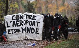 """Des gendarmes présents sur la zone du projet d'aéroport de Notre-Dame-des-Landes (Loire-Atlantique) ont été la cible d'""""actions violentes"""" de la part """"d'individus casqués et armés"""", a indiqué mercredi matin la préfecture dans un communiqué."""