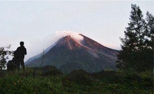 Le volcan Merapi est entré en éruption hier (en haut). Un blessé après le séisme (en bas).