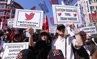 Des manifestants à Ankara (Turquie) protestent contre la censure d'internet et du réseau social Twitter en brandissant des pancartes
