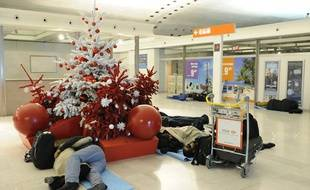 Des voyageurs tentent de dormir à Roissy en attendant un avion le 24 décembre 2010.