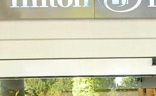 L'empire hôtelier Hilton, qui a fait jeudi un retour en Bourse fracassant, a été bâti par Conrad, fils d'immigré visionnaire dont le patronyme fait aujourd'hui souvent la Une de la presse à scandales en raison des frasques de ses arrières-petites-filles Paris et Nicky.