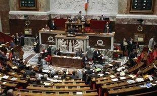 Les députés poursuivent lundi l'examen du projet de loi sur la réforme des institutions, à l'issue encore incertaine.