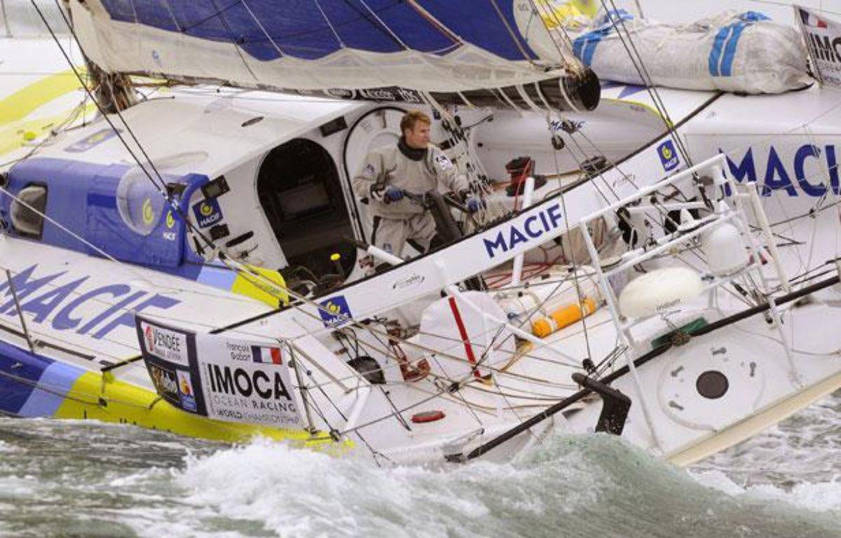 François Gabart à bord de Macif, le 10 novembre 2012. – JEAN-SEBASTIEN EVRARD / AFP