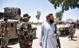 Le personnel de sécurité afghan monte la garde le long de la route au milieu des combats en cours entre les forces de sécurité afghanes et les combattants talibans à Kandahar le 9 juillet 2021.