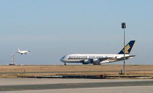 Un A380 de Singapore Airlines sur une piste de Roissy. Illustration