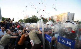 La police turque a utilisé des canons à eau pour disperser des milliers de manifestants de retour samedi sur la place Taksim à Istanbul, provoquant à nouveau des heurts après plusieurs jours de calme qui succédaient à trois semaines de manifestations sans précédent contre le gouvernement islamo-conservateur.