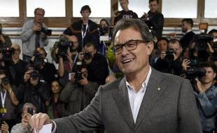 Le président de la Catalogne Artur Mas vote lors du référendum symbolique sur l'indépendance de la région organisé le 9 novembre 2014 à Barcelone