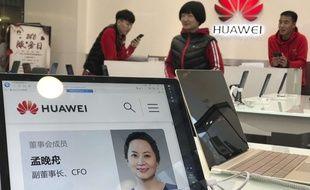 Une photo de la directrice financière de Huawei, Meng Wanzhou, affichée dans une boutique de l'entreprise en Chine.