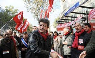 """Jean-Luc Mélenchon, président du Parti de gauche (PG), a dit vouloir """"révolutionner la société de fond en comble"""" lors de l'enregistrement mercredi d'un Vivement Dimanche spécial qui sera diffusé le 7 novembre, trouvant """"flatteur"""" d'être comparé à Georges Marchais."""