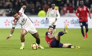 A l'image de Memphis Depay, qui tente ici d'échapper à José Fonte, l'OL va vivre un nouveau finish de funambule en Ligue 1.