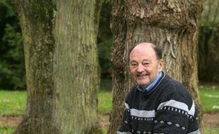 L'écrivain Michel Tournier dans le jardin de sa maison de Choisel, au sud-ouest de Paris, le 4 avril 2005