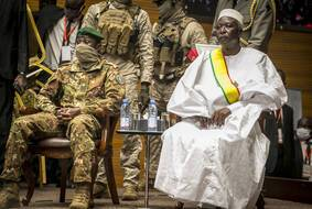 Le colonel Assimi Goita (à gauche), aux côtés de l'ancien colonel Maj. Bah N'Daw, le 25 septembre dernier, au Mali. (Illustration)
