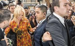 Pamela Anderson à la Fashion Week de Paris le 28 septembre 2013