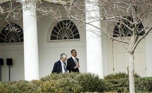 Le président américain Barack Obama (d) aux côtés de son conseiller scientifique John Holdren (g), le 7 mars 2014 à la Maison Blanche à Washington