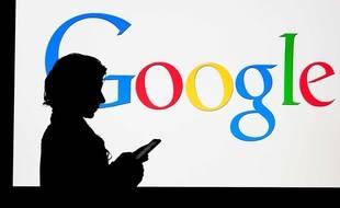 Une femme devant le logo de Google.