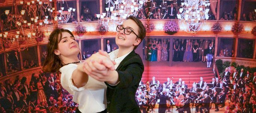 A droite, Sophie Grau et sa partenaire de valse, Iris Klopfer, vont ouvrir jeudi 20 février au soir le bal de l'Opéra, à Vienne.