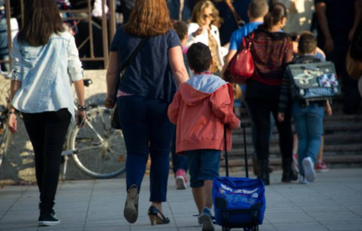 Une mère accompagnant son enfant à l'école  – URMAN LIONEL/SIPA