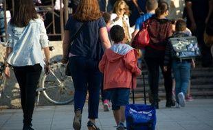 Une mère accompagnant son enfant à l'école