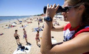 En été, les nageurs sauveteurs surveillent les baigneurs