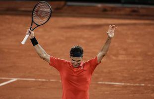 Le Suisse Roger Federer célèbre son succès après avoir battu l'Allemand Dominik Koepfer lors de son match de troisième tour à Roland-Garros à Paris, le samedi 5 juin 2021.
