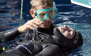 L'apnéiste Guillaume Néry est réanimé après avoir été victime d'une syncope lors de sa tentative de record du monde poids constant à moins 110 mètres, le 02 septembre 2006 à Nice.