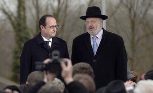 Le Président de la République Francois Hollande et René Gutman, Grand Rabbin de Strasbourg, lors de la cérémonie au cimetière juif de Sarre-Union, le 17 février 2015.