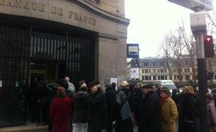 Des clients font la queue pour échanger leurs francs à la succursale de la Banque de France, boulevard Raspail à Paris, le 16 février 2012.