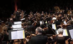 L'Orchestre national du Capitole de Toulouse rend hommage à Johnny Hallyday.