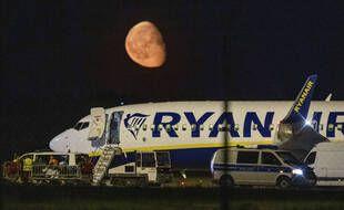 La police fédérale inspecte un avion de Ryanair après l'atterrissage imprévu de l'avion à l'aéroport international de Berlin à Schoenefeld près de Berlin, en Allemagne, lundi 31 mai 2021.