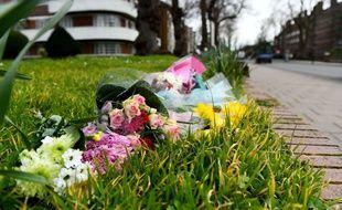 Des fleurs déposées en hommage à Sarah Everard à Poynders Road, dans le quartier de Clapham.