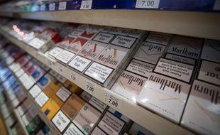 Des paquets de cigarettes en vente, illustration.